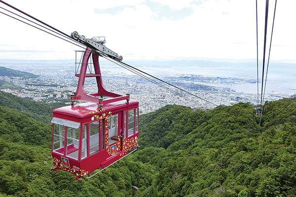 从六甲山上看到的摩耶景观线View Line索道和神户的街景。更深处能看到大海。