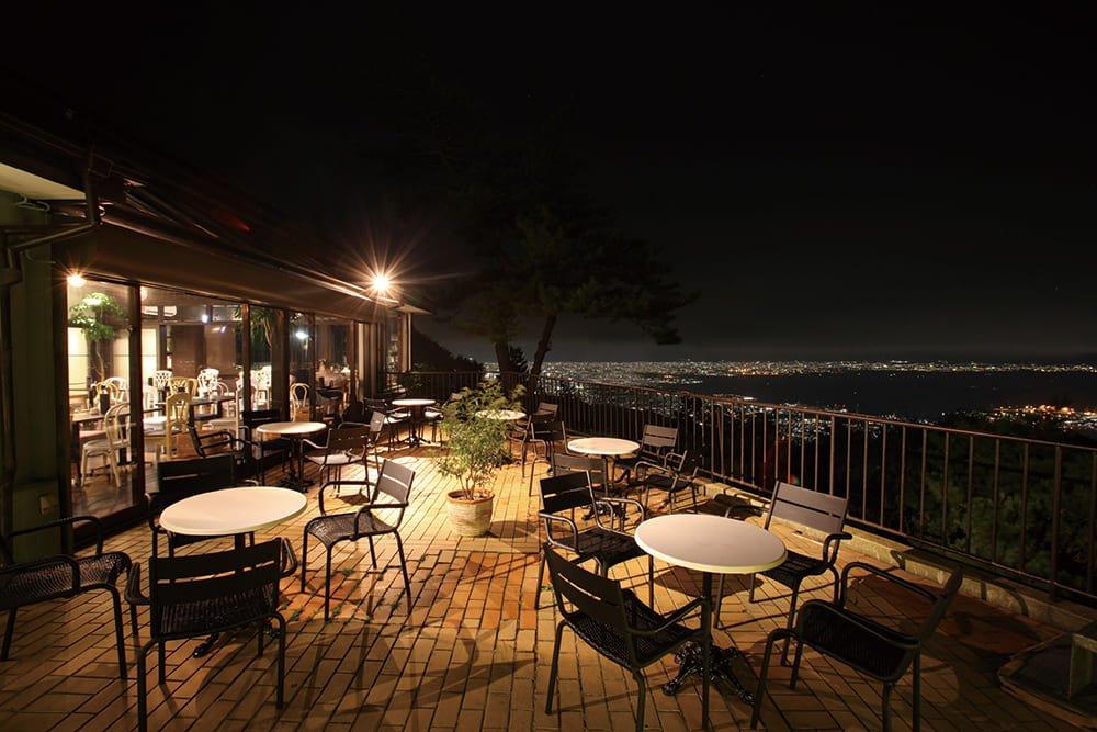 夜晚的六甲山天览台。神户的夜景在眼前展现开来。