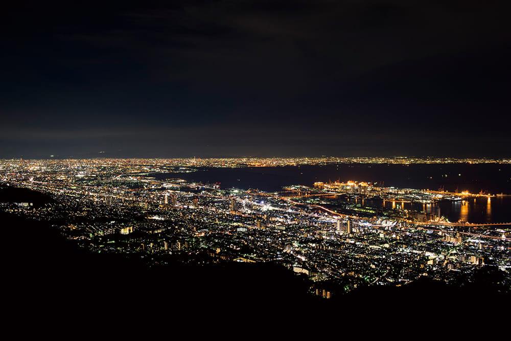 從摩耶山掬星台看到的耀眼的神戶夜景展現在眼前。