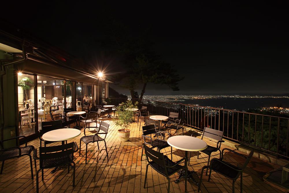 夜晚的六甲山天覽台。神戶的夜景呈現在眼前。