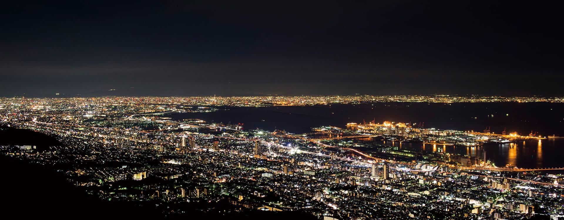 摩耶山掬星台から見たまばゆい神戸の夜景が広がっています。