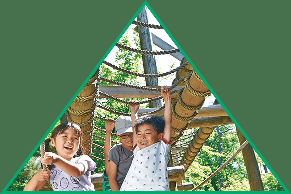 六甲山フィールドアスレチックで元気よく子供達が遊んでいます。