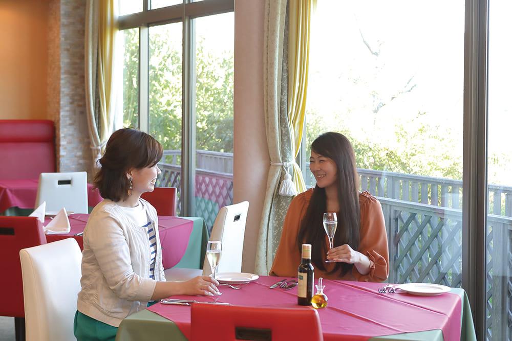山上のレストラン、オテル・ド・摩耶 リストランテ エルベッタで2人の女性が食事しています。