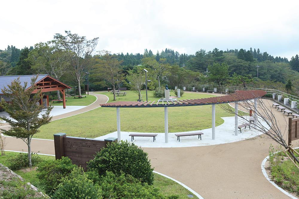 六甲山 記念碑台の綺麗に整備された公園の風景が広がっています。