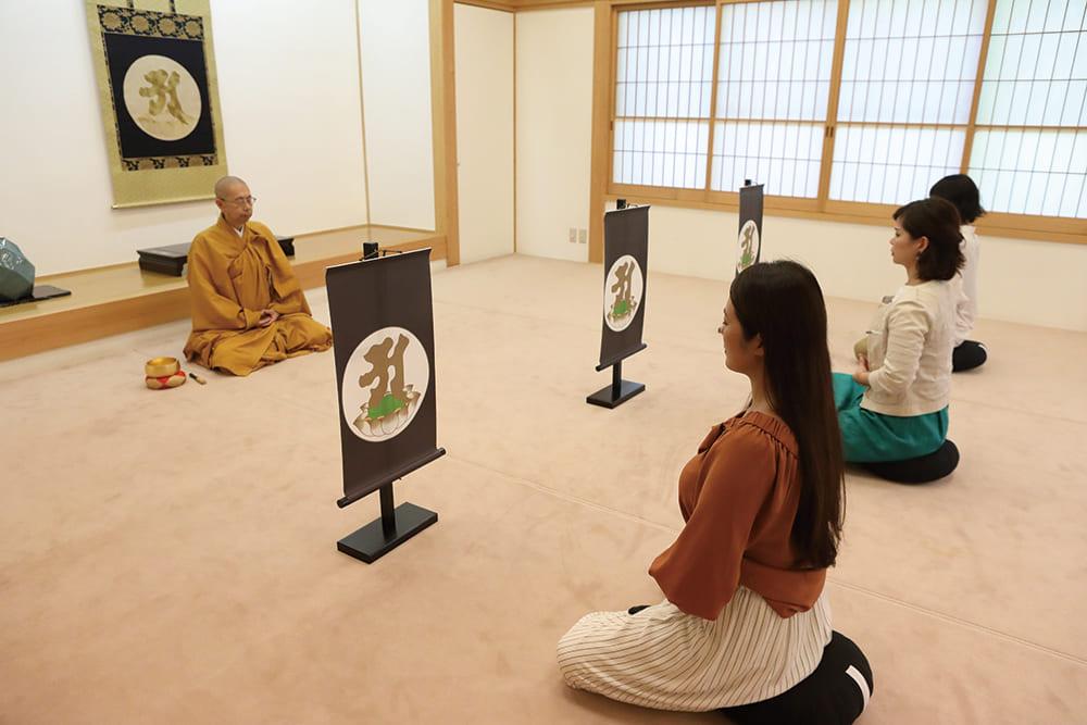 摩耶山天上寺で女性が坐禅を組んでいます。