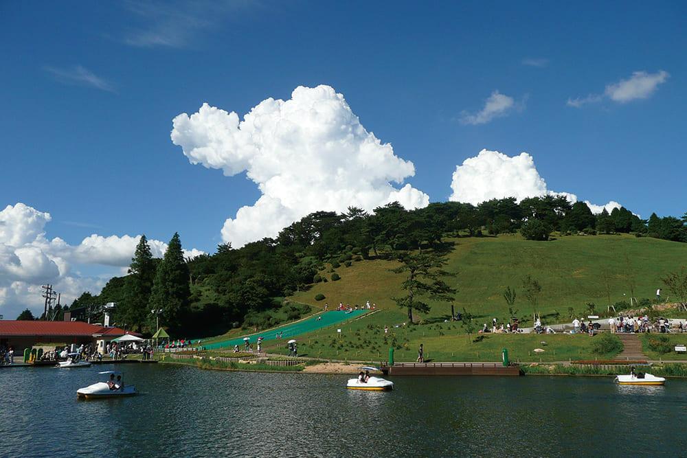 よく晴れた空と六甲山 カンツリーハウスの景色が広がっています。