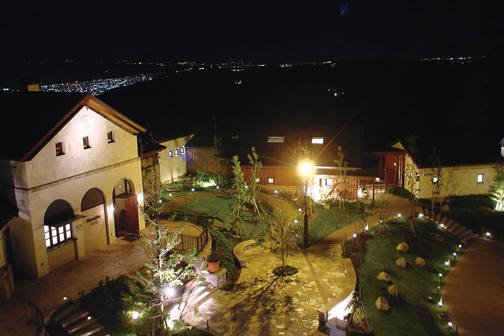 夜の照明に照らされたグラニットカフェ